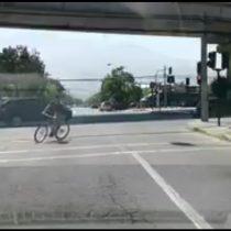 [VIDEO] No la cuenta dos veces: ciclista se salva