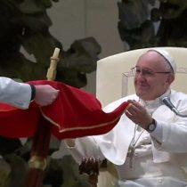 [VIDEO] El inusual truco con el que el papa Francisco puso a levitar una mesa