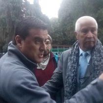 [VIDEO] El tenso encontrón de Ramón Ulloa con manifestantes pro mapuche que lo funaron durante despacho sobre el terremoto