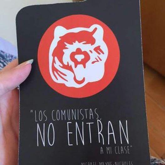 Centro de estudiantes de U. Adolfo Ibáñez reparte carteles a nombre de profesor: