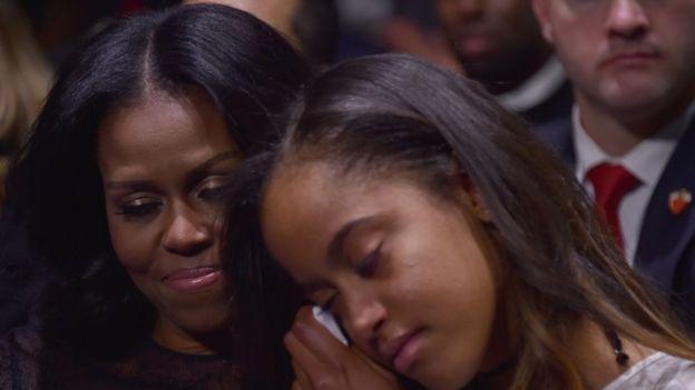 Malia Obama no pudo contener las lágrimas cuando su padre la mencionó a ella y a su hermana Sasha.