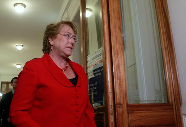 Adimark: Incendios y Javiera Blanco impactan negativamente en aprobación de Bachelet
