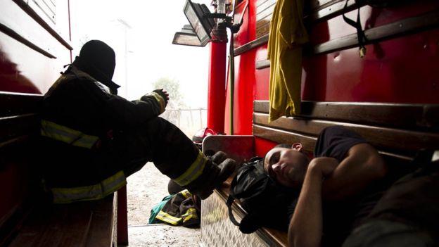 El Estado aporta dinero para ciertos gastos, pero los bomberos tienen que pagarse el traje protector.