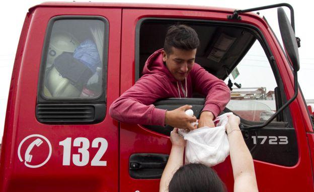 Los bomberos cuentan con un altísimo índice de popularidad entre los chilenos.