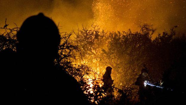 La noche supone el reto más grande para los bomberos.