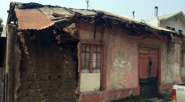 Aún hay casas al borde del derrumbe, a causa del fuerte sismo de 2010.