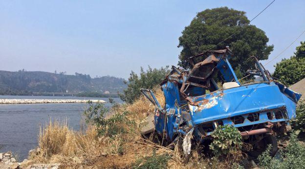 Los efectos del maremoto persisten en imágenes como la de este camión reducido a chatarra.