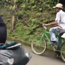 [VIDEO] Campesino a bordo de su bicicleta derrota a dos triatletas europeos
