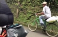 [VIDEO] Campesino a bordo de su bicicleta derrota a dos triatletas europeos