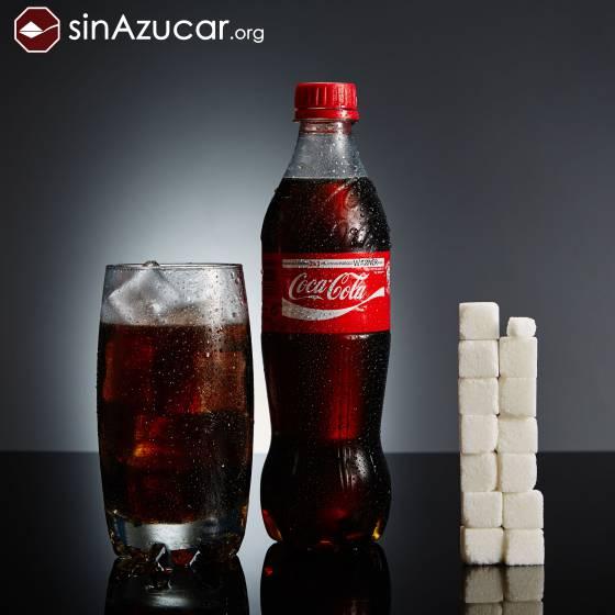 Una botella de 500ml de Coca-Cola contiene 53gr de azúcar: 13,25 terrones. SINAZUCAR.ORG