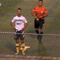 [VIDEO] Futbolista le pide matrimonio a su novia en plena cancha y el árbitro le saca tarjeta amarilla