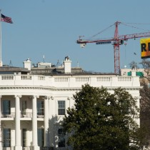 [FOTOS] Greenpeace desafía a Trump y despliega bandera de