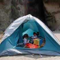 [FOTOS] Damnificados de Constitución se refugian de los incendios en playa Los Gringos