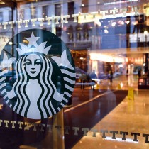 Starbucks le hace la cruz a Trump y prevé contratar 10.000 refugiados tras orden del presidente de EE.UU.
