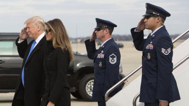 Trump y su esposa aparecieron acompañados de agentes del servicio secreto estadounidense y miembros de la Fuerza Aérea de ese país.