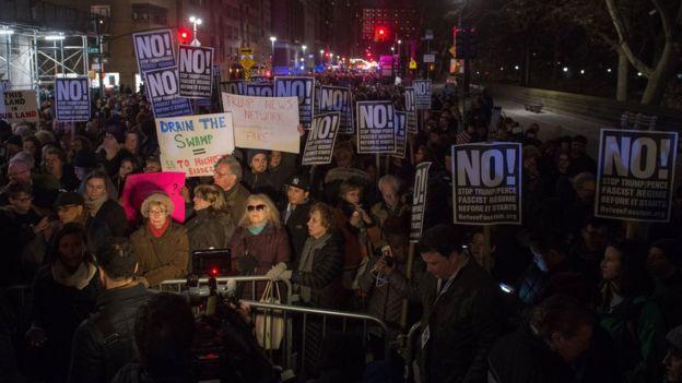 Desde el momento que se supo de su victoria, grupos en Nueva York organizaron manifestaciones callejeras contra Donald Trump.