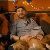 [VIDEO] Tom Hardy apareció en la cadena de TV CBeebies, leyendo cuentos para niños
