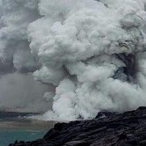 [VIDEO] El impresionante desplome de una inmensa extensión de lava negra sobre el océano en Hawái