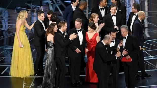 Academia de Hollywood pide perdón por error en la entrega de los Óscar