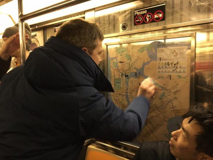 Metro de Nueva York amanece lleno de suásticas y pasajeros las borran con alcohol gel