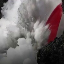 [VIDEO] El hipnotizante chorro de lava del volcán Kilauea que cae al mar en Hawái