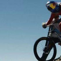 """[VIDEO] El vertiginoso récord de velocidad de """"El Loco Max"""" sobre una bicicleta de montaña en el desierto de Atacama"""