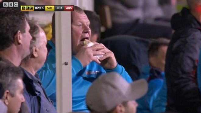 Por qué generó tanta polémica y una investigación la foto del portero del Sutton United de la que habla todo el fútbol inglés