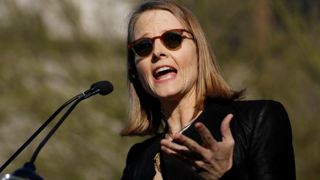 Jodie Foster y Michael J. Fox protestan contra política migratoria de Trump