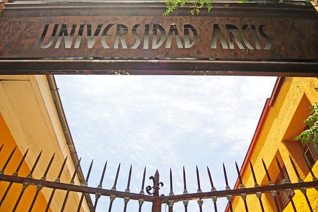 U. Arcis acusa a ex rectora de haber ejercido el cargo por más tiempo del estipulado y de aumentar su sueldo sin justificación