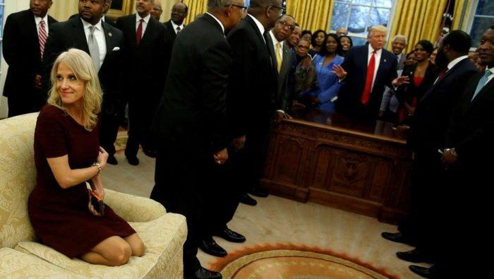 Polémica por asesora de Trump que puso sus zapatos sobre sofá de la Casa Blanca
