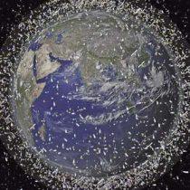 La economía espacial bajo amenaza por la chatarra que orbita la Tierra