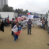 """[VIDEO] Protestas de los vecinos del campamento """"Felipe Camiroaga"""" obligan a suspender el """"piscinazo"""" de la Reina del Festival"""