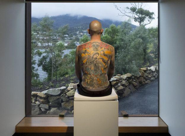 El hombre que le vendió su espalda a un coleccionista de arte (por US$160.000)