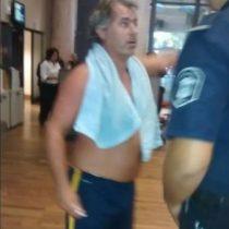[VIDEO] Le tenían la luz cortada: hombre fue a bañarse a la empresa responsable a modo de protesta