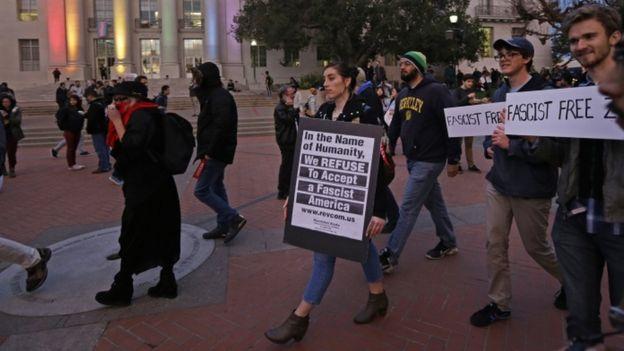 Los estudiantes empezaron protestando pacíficamente.