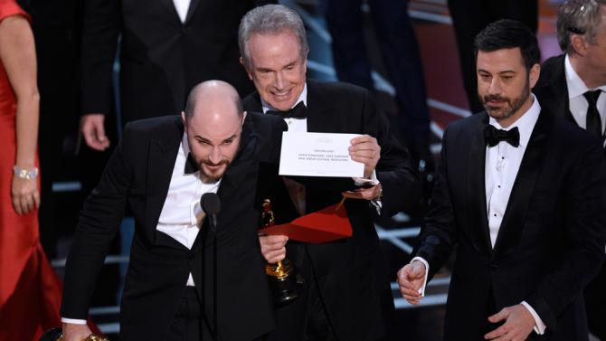PwC pide disculpas por equivocación en premio a mejor película en los Óscar