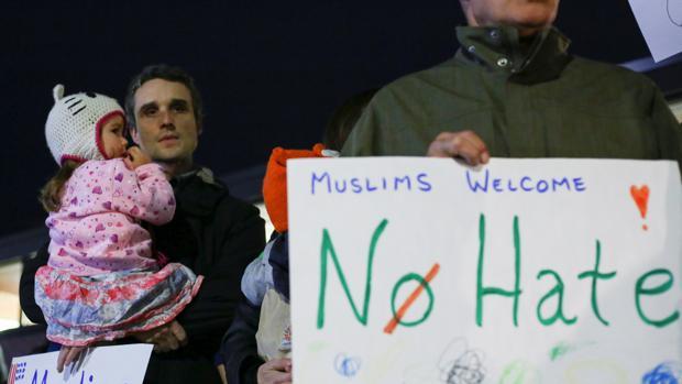 Padre de militar muerto en Irak encabeza protesta de musulmanes contra Trump
