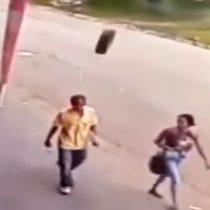 [VIDEO] Brasil: Hombre sufre fracturas de cráneo luego de ser golpeado sorpresivamente por un neumático