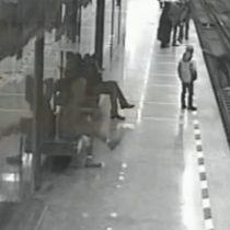 [VIDEO] Hombre en Rusia salta a las vías del tren para rescatar a niño