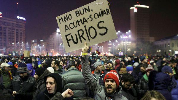Unos 300.000 rumanos se manifiestaron contra la despenalización de la corrupción aprobada por el gobierno