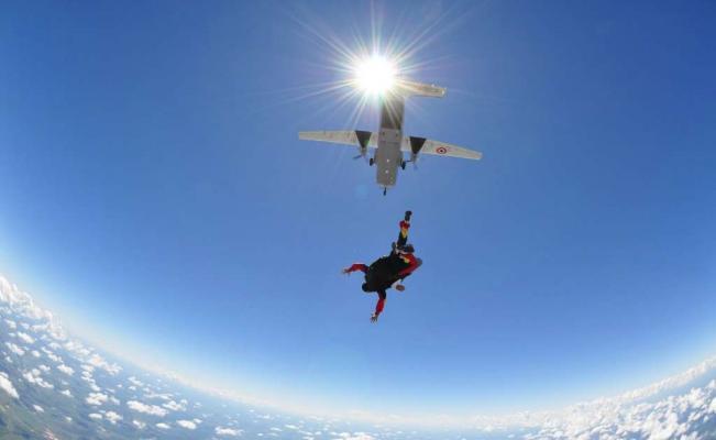 Saltar en paracaídas, el deporte extremo que se toma las vacaciones