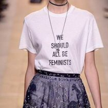 """""""Todas deberíamos ser feministas"""": el slogan que Dior puso de moda"""