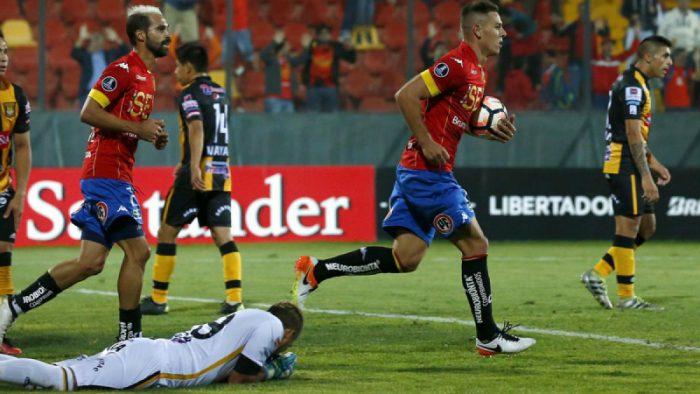 Churín da tanque de oxígeno a Unión Española y logra valioso empate con The Strongest de Bolivia