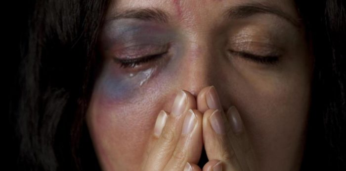 Polémica en España por caricatura que frivoliza la violencia intrafamiliar