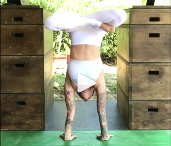 [VIDEO] Profesora de yoga enciende polémica por menstruación