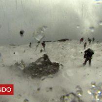 """[VIDEO] """"Dio mucho miedo"""": una erupción del volcán Etna sorprende a periodistas de la BBC y turistas con una gran explosión"""