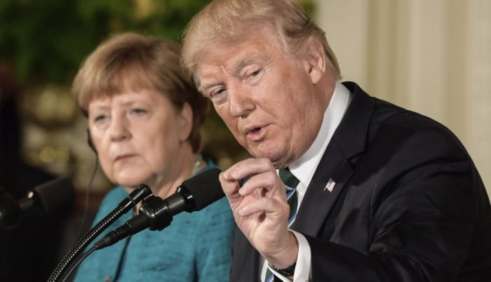 Angela Merkel lee revista 'Playboy' para preparar encuentro con Donald Trump