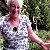 [VIDEO] La divertida reacción de dos abuelas que encontraron una planta de marihuana en su jardín