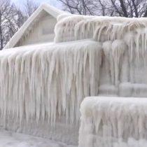 La increíble imagen de una casa que quedó totalmente cubierta por el hielo en Estados Unidos