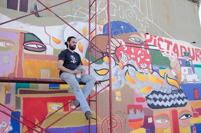 Ekeko, el grafittero que pintó un gigantesco mural en ex cárcel de la DINA